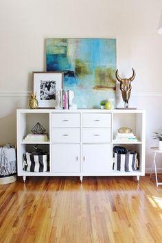 Очень красивый вариант оформления комода, что точно понравится и создаст просто отменную обстановку в комнате.