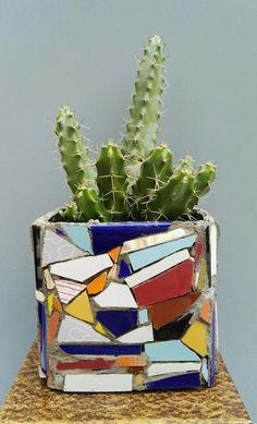 Mosaic flower Pot by Ricardo Stefani Mosaic Flower Pots, Mosaic Pots, Mosaic Bottles, Cactus, Mosaic Artwork, Kintsugi, Urn, Planter Pots, Ceramics