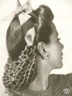 """1940s. """" Ik heb gelezen dat kapsels in een netje vaak te zien waren tijdens de tweede wereldoorlog bij vrouwen die in de (wapen)industrie werkten (in de V.S)"""": Haarkunstenares Gyta"""