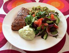 Varmrøget laks med grøn couscous/bønne-salat og avokado/feta-creme