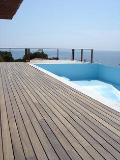 Terrasse de piscine en Ipé visserie cachée avec margelle apparente