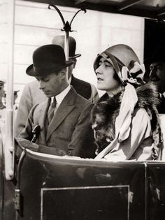 King George VI and Queen Elizabeth when they were the Duke and Duchess of York. She is wearing a cloche hat which was high fashion in the George Vi, Lady Elizabeth, Princess Elizabeth, Reine Victoria, Queen Victoria, Queen Mother, Queen Mary, Duchess Of York, Duchess Kate