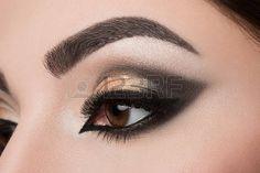 rostros bellos: Primer plano de mujer de ojos con maquillaje árabe hermosa
