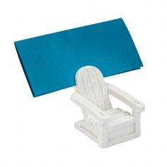 Verspielter weißer Kartenhalter in Holzliegestuhl-Optik - originelles Dekoelement für die Hochzeitstafel