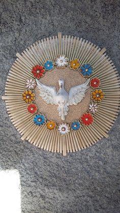 Divino em madeira rachi redondo com etalhes em flores de madeira. Altar, Xmas Crafts, Diy Crafts, Faith Crafts, Madonna And Child, Diy Wall Decor, Holy Spirit, Arts And Crafts, Clip Art