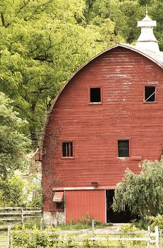 Love old barns, everyone puts up metal Pole buildings now instead. These old barns won't be around much longer. Farm Barn, Old Farm, Country Barns, Country Life, Country Living, Country Roads, Country Music, Barns Sheds, Country Scenes