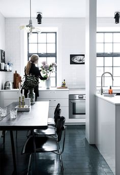 black wooden floors in the kitchen - Boligliv