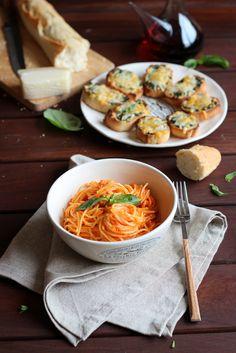Spaguetti con crema de pimientos asados y queso de cabra
