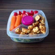 Salat mit Spinatblättern, dazu Huhn in BBQ-Orangensoße und Gemüse. In der kleinen Box gibt es noch eine Portion Omega Seed Mix.