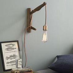 こちらは流木を壁につけ、やはりシンプルなロープライトを巻き付けた壁掛けのアレンジ例です。こちらも商品化されているものですが、素敵なアイデアはDIYのぜひ参考にしたいものです。
