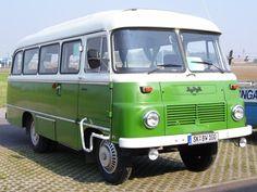 Ein grüner Robur-Bus.