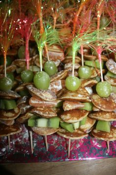 prikkers van poffertjes en fruit.