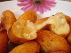 Bolinho de mandioca recheado com queijo