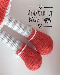 Este posibil ca imaginea să conţină: dungi şi text Crochet Dolls Free Patterns, Crochet Doll Pattern, Baby Knitting Patterns, Amigurumi Patterns, Crochet Toys, Amigurumi Doll, Fingerless Gloves, Arm Warmers, Knit Shoes
