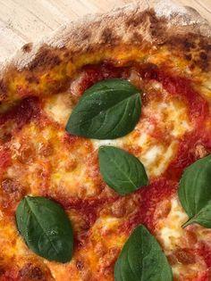 Ιταλική πίτσα με μοτσαρέλα και βασιλικό - www.olivemagazine.gr Pastry Recipes, Cookbook Recipes, Cooking Recipes, Pepperoni, Pizza, Bread, Vegetables, Food, Handmade Soaps