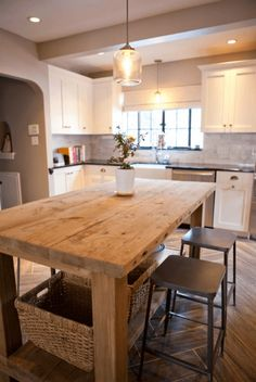 Rustic wooden table in the center - kitchen design || @pattonmelo