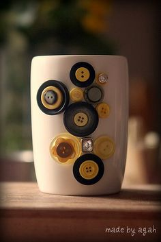 A cheerful buttoned coffee-mug project.