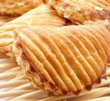 Recette - Chausson aux pommes à la cannelle - Proposée par 750 grammes Desserts Français, French Desserts, Apple Pie, Tapas, Thanksgiving, Bread, Cheese, Meals, Vegetables