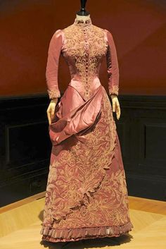 1887 Robe de jour of silk satin with velvet appliqué by Maison Soinard Photo by Dominique Maître .This dress uses a diagonally draped over-skirt of plain satin and an appliquéd two-tiered under-skirt for visual interest 1880s Fashion, Victorian Fashion, Vintage Fashion, Men's Fashion, Fashion Trends, Victorian Era Dresses, Victorian Gown, Vintage Gowns, Vintage Outfits