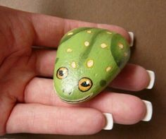 Painted frog rocks are same with another rock painting. It proves that a rock can be turning to something valuable. See many examples of this extraordinary frog painted rocks. Stone Crafts, Rock Crafts, Arts And Crafts, Diy Crafts, Pebble Painting, Pebble Art, Stone Painting, Pour Painting, Rock Painting Ideas Easy