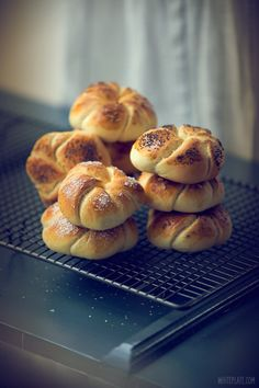 Kajzerki | White Plate Braided Bread, Bread Bun, Kaiser Roll Recipe, Bread And Company, Home Bakery, Bread And Pastries, Rolls Recipe, Foods To Eat, Dessert