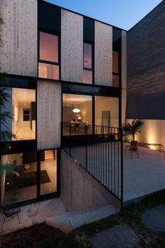 Cette magnifique résidence signée la SHED architecture nous fait rêver par son design et sa luminosité naturelle qui perce à travers chaque pièce. Même au sous-sol, endroit où normalement il fait plus sombre, la lumière est bien présente avec la généreuse fenestration de la cour anglaise donnant sur la belle salle commune. À lire aussi …