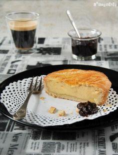 Esta tarta de crema es la llamada Pastel vasco, es una tarta originaria de la región vasco-francesa de Lapourdi. Como pasa con las recetas tradicionales, se pueden encontrar diferentes variedades…Se puede preparar sólo con crema o agregando fruta en el interior…La … Sigue leyendo →