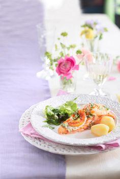 Tomaatti-salvialohessa maistuu Pirkka Välimeren salviatahna yhdessä tomaatin ja mozzarellan kanssa.