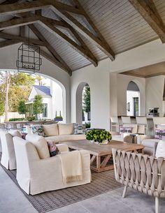 Covered patio with cozy outdoor living room area Patio Design, Home Design, Decor Interior Design, Interior Colors, Interior Ideas, Living Room Drapes, Living Walls, Living Rooms, Living Spaces