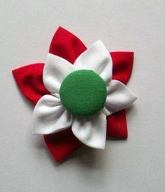 Ehhez a kokárdához egy zöld, textillel bevont gomb köré varrjunk fehér, majd piros textilt virágalakzatban. Textiles, Brooch, Diy Crafts, Handmade, Lebanon, Tudor, Hungary, Crafting, Design