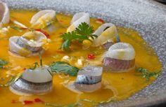 TIRADITO DE PEJERREYES Le piden a su pescadero, 24 pejerreyes y que le saque los dos filetitos de cada uno, sin espinas ni piel. Los sazonan con sal y los dejan reposando en la refrigeradora. Licuan, 4 ajíes amarillos sin pepas. Los mezclan con una taza de jugo de limon, sal, pimienta, aji limo picado, culantro picado, cebolla china picada . Colocan los pejerreyes en una fuente, los bañan con la salsa y listo.