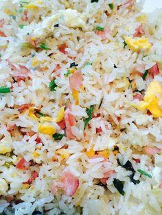 #Suriname Food - Carribean Food -  Gebakken Rijst met Ham  Ingredienten:  Rijst Achterham Ui Knoflook - 2 Teentjes Maggiblokjes Selderij Eieren - 3 x  Snoeptomaatjes Zout  (Fried Rice with Ham   Ingredients:   Rice  Ham  Onion  Garlic Clove - 2 x Maggi Cubes Eggs - 3 x Celery  Tomatoes Salt)#