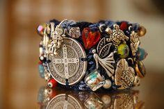 Brazalete mediano 4 cm de ancho, color mezclilla, medalla Italiana redonda San Benito, muranos y cristales $ 745 pesos