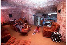 世界には地上が暑すぎるため、洞窟の中で生活している人々がいます。 オパールの主要産出国、オーストラリア。そのオパールが採れる地域で有名なのがCoober Pedy (クーバー・ピディ)。この街、実はほとんど地上に人が住んでいません。なぜならめちゃくちゃ暑いから。日中の気温は40℃を越えます。そのため人々は岩の丘陵に穴を...