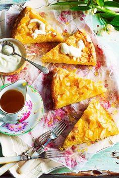 """Ein Hauch von Italien weht durch die Küche, wenn die """"Torta di polenta all'arancia"""" aus dem Ofen kommt. #sommerkuchen #italien #backrezepte #backen Polenta, Orange, Waffles, Bakery, Breakfast, Food, Popular Recipes, Italy, Food Food"""