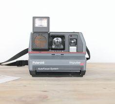 Le Polaroid Impulse AF est un appareil fabriqué aux États Unis entre 1988 et 2000, de type 600. Il intègre un flash, un réglage de luminosité en façade et un système Auto Focus. Cet appareil a été révisé et testé.  On l'aime car il est très complet et simple d'utilisation  Compatible avec les films Impossible Project  Possibilité de retrait à l'atelier de Bordeaux sur rendez-vous