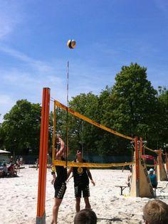 """Sabrina, unsere Projektmanagerin empfiehlt: """"Beste Outdoor Beachvolleyball Anlage in München, fühlt sich an wie ein Kurzurlaub am Wochenende. Super Preisleistungsverhältnis. Danach kann man dann wohl verdient zum Eis essen ..."""""""