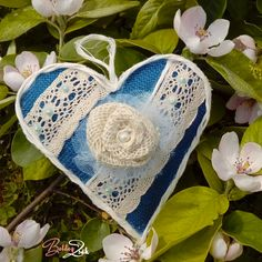 6eb7c7c942 Sokféle gyűrűpárna létezik, de talán a szív alakúak illenek a legjobban a  Nagy Nap romantikus