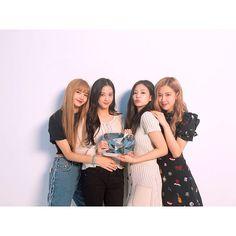 Blackpink holding the diamond play button💎 Congrats! Kim Jennie, Kpop Girl Groups, Korean Girl Groups, Kpop Girls, Fifth Harmony, Girls Generation, Yg Entertainment, Divas, Pop Kpop