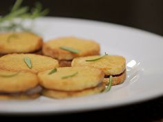 Biscoitos de parmesão com tapenade de azeitonas pretas - Foto de Receitas GShow