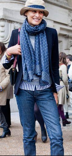 Blaue Bluse mit der Strickjacke!