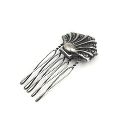 Pente Turpin Concha Prata Velha, em metal, com inspiração em jóias antigas, delicado, para dar um toque romântico ao seu penteado, valorizando seu look.TamanhoAltura: 5 cmLargura: 2,5 cmPêso: 6grMaterial: Metal banhado