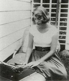 Con máquina de escribir, Silvia Plath.