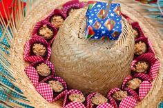 decoração Junina  que tal usar o chapéu de palha de um jeito diferente  6e5ff3a819e