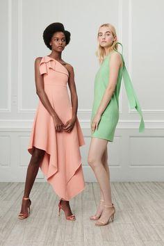 The complete Oscar de la Renta Resort 2019 fashion show now on Vogue Runway. Women's Runway Fashion, Moda Fashion, High Fashion, Haute Couture Style, Couture Fashion, Couture Vintage, Techniques Couture, Fashion Show Collection, Contemporary Fashion