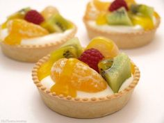 Cream cheese tarts with fruits - Ensalada Marisco Ideas Dessert Buffet, Pie Dessert, Mini Cakes, Cupcake Cakes, Delicious Desserts, Yummy Food, Cheese Tarts, Fruit Tart, Mini Cheesecakes