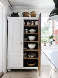 freestanding storage cabinets in the kitchen, furniture in the kitchen, storage furniture in the kitchen, freestanding kitchen cabinets New Kitchen, Kitchen Decor, Swedish Kitchen, Rustic Kitchen, Kitchen Small, Kitchen Ideas, Kitchen Designs, Country Kitchen, Vintage Kitchen
