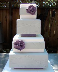 ok I´m not getting married and hand no appropiate board for this, but this is just gorgeous! :gray and purple wedding cake square tiers