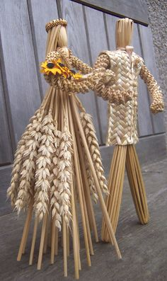 made from corn stalks and wheat Nature Crafts, Home Crafts, Diy And Crafts, Arts And Crafts, Straw Weaving, Basket Weaving, Seed Craft, Corn Dolly, Corn Husk Dolls