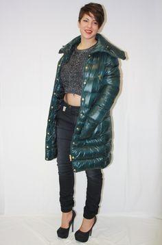 Abrigo tipo plumón, cuello ajustable, 4 bolsillos frontales.